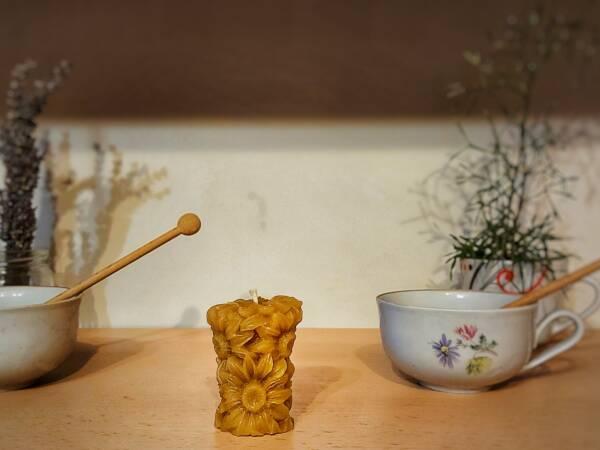 Predivan cvjetni motiv svijeće od pčelinjeg voska