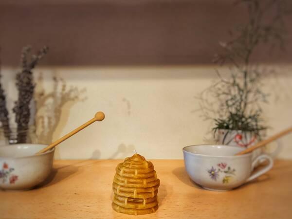 svijeća od pčelinjeg voska se ručno izrađuje