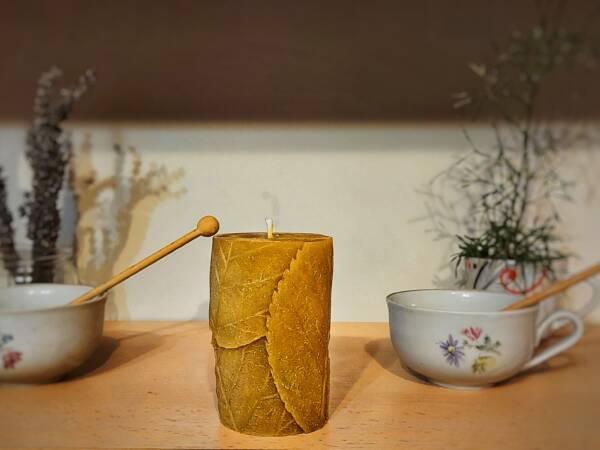 Svijeća od pčelinjeg voska s jesenskim motivom