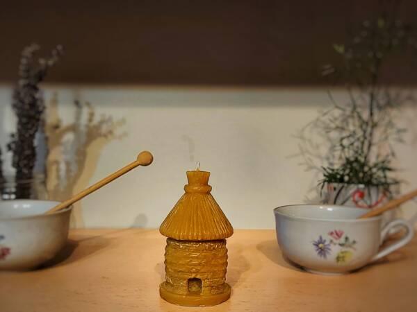 Klasičan motiv svijeće od pčelinjeg voska je košnica