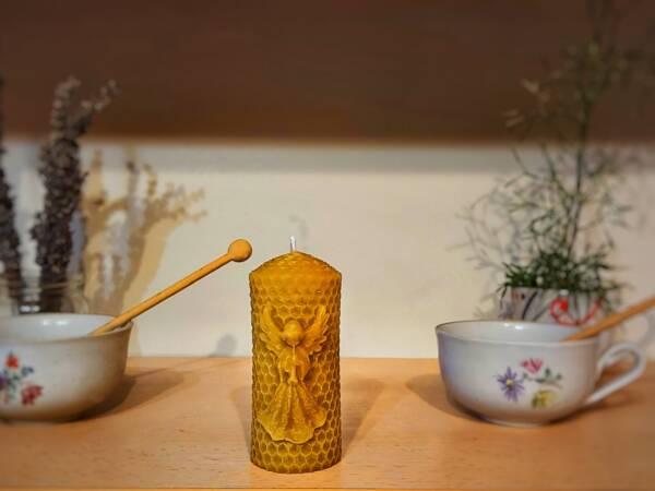 Svijeća od pčelinjeg voska kao poklon za Božić ispod bora