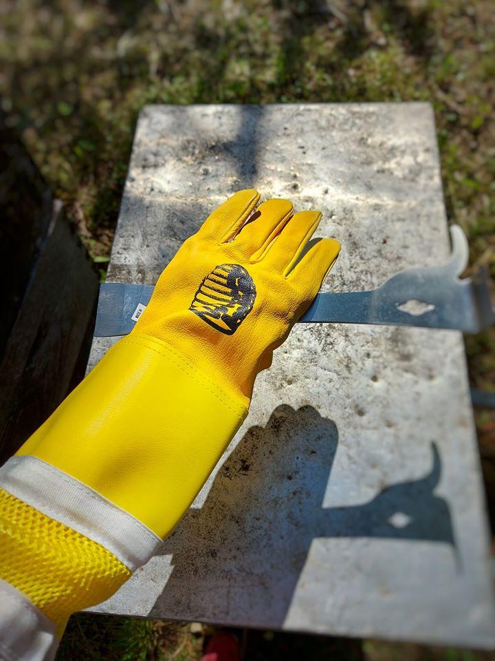 U osnovnu pčelarsku opremu ulaze zaštitne rukavice. Dlijeto za košnice je dio osnovnog pčelarskog pribora.